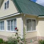 сайдинг представляет собой практичный, доступный и популярный материал для внешней отделки домов.