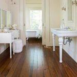 Деревянный пол в ванне